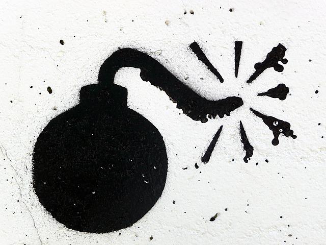 alarm bombowy i biały proszek w sortowni paczek