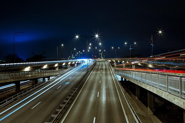 smartphony w rękach kierowców wiadomości z Holandii