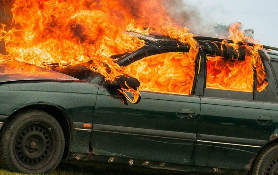 59-latek wyciąga kobietę z płonącego samochodu