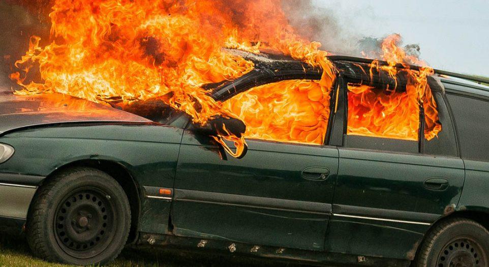 Polski samochód staje w płomieniach