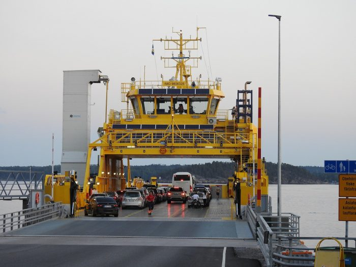 statek taranuje prom w Amsterdamie