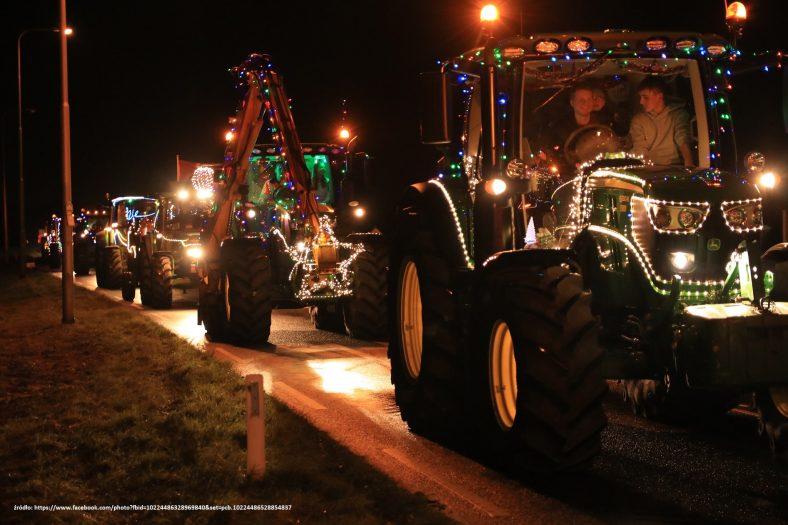 świąteczne traktory na drogach kolorowy konwój