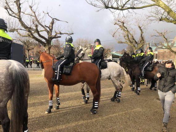 Policja w Amsterdamie brutalnie rozbija nielegalną demonstrację