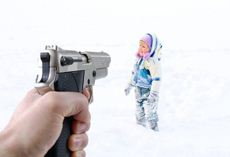 z bronią na śnieżki