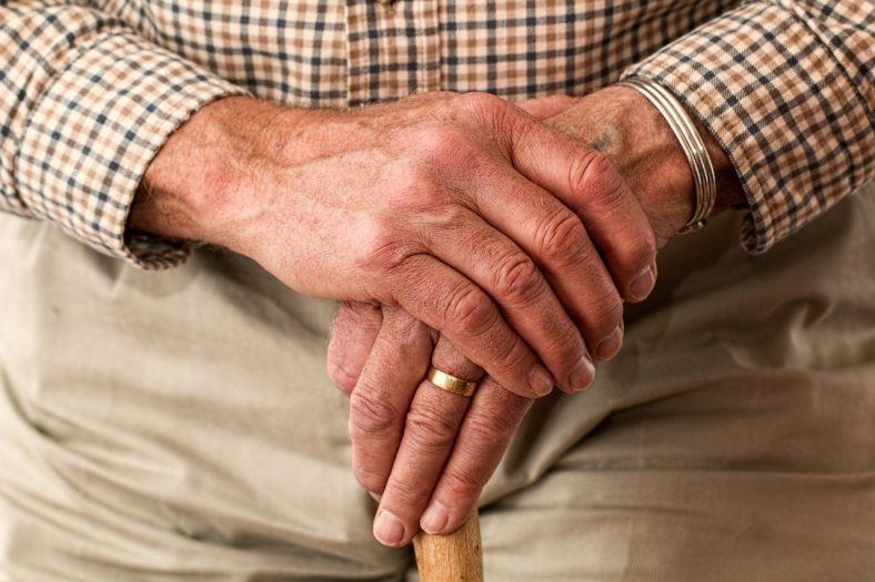 chorzy seniorzy wykorzystywani przez przestępców