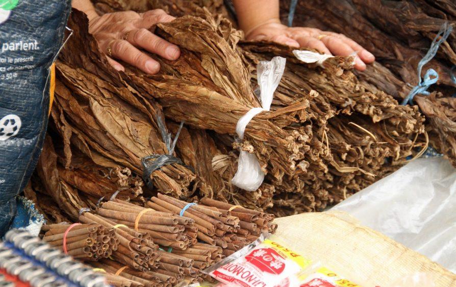celnicy odkrywają magazyn pełen nielegalnego tytoniu