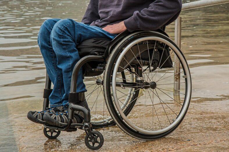 niepełnosprawne dziecko porzucone na mrozie