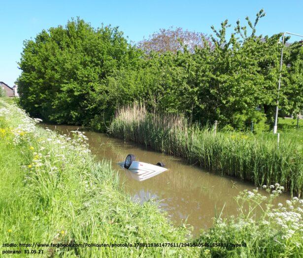 auto z Polakami tonie w kanale