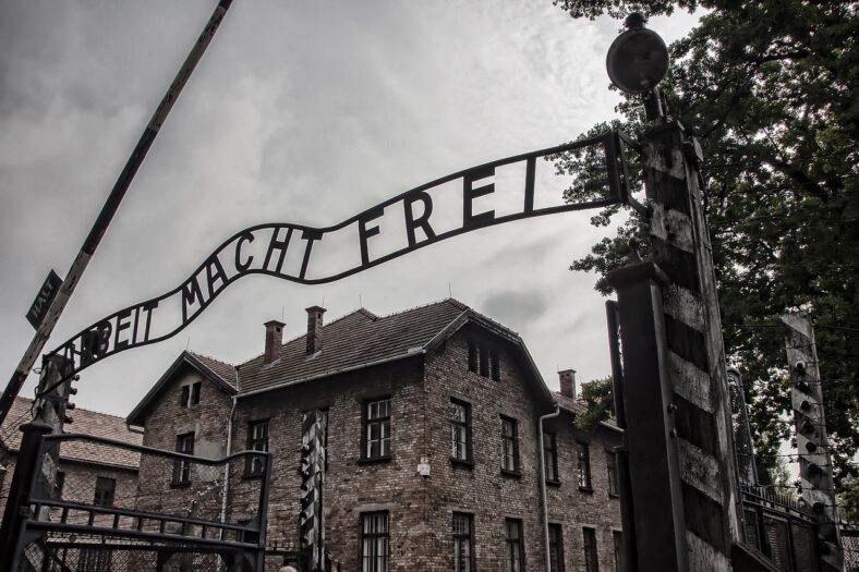 chcą wysłać polityków do Auschwitz