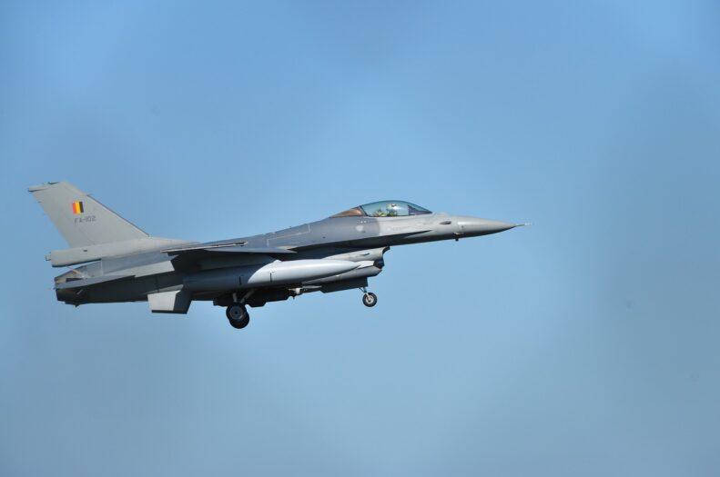 wojskowy samolot f16 wbija się w budynki lotniska