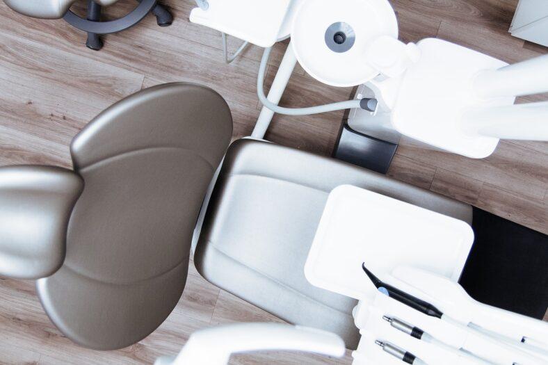 Przyczyny nalotu na dentystę