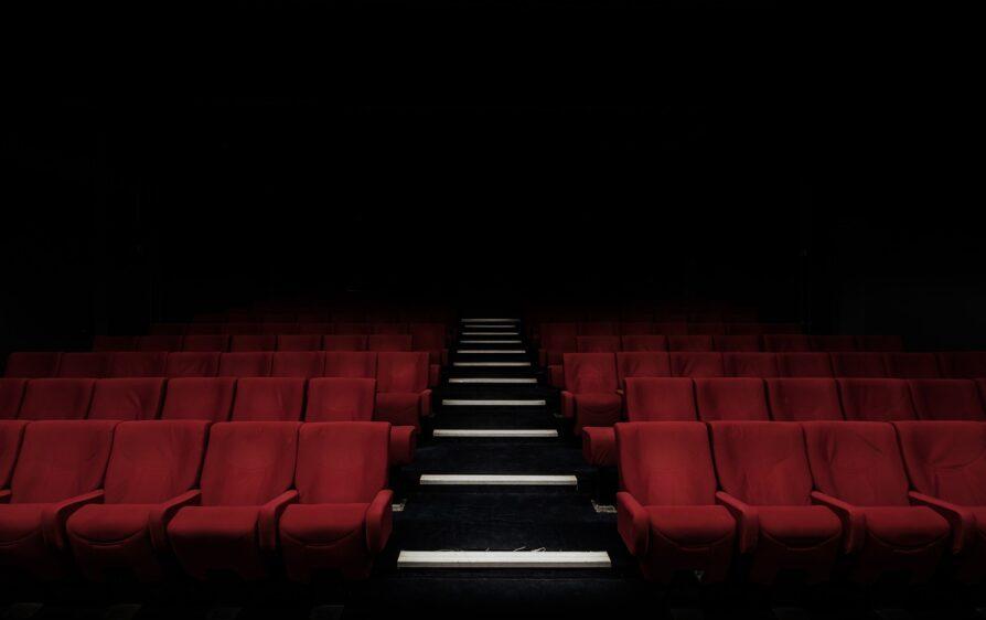 Listy z białym proszkiem w holenderskich teatrach