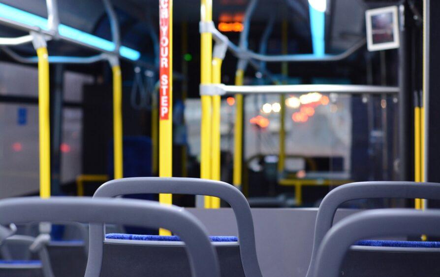 Policja wyrzuca ludzi z autobusu w Eindoven